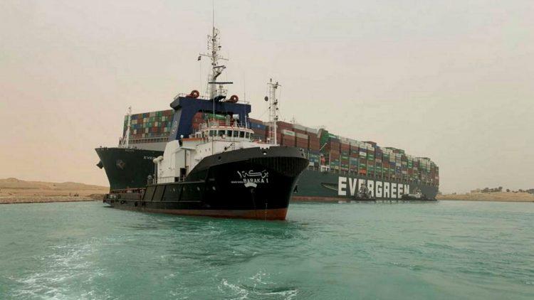 El portacontenedores Ever Given, uno de los mayores del mundo, encallado en el Canal de Suez. Foto: AFP.