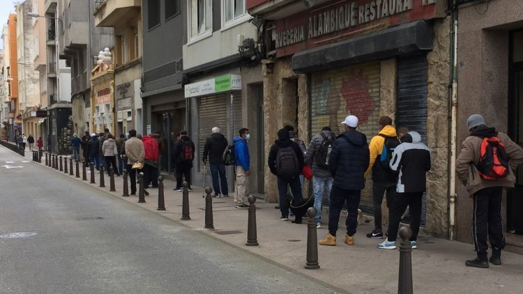 Personas que buscan trabajo, en una fila. En La Coruña, Galicia. Foto, vía lavozdegalicia.es