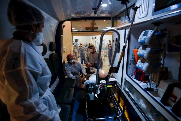 Personal médico transporta a un paciente en ambulancia el 21 de marzo de 2021 en la Unidad de Cuidados Intensivos (UCI) del hospital de Clínicas, en Porto Alegre. Foto: Marcelo Oliveira/Efe.