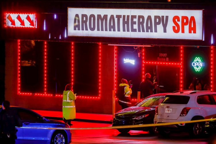 Agentes del Departamento de Policía de Atlanta investigan la escena de un tiroteo fuera de un spa en Piedmont Road en Atlanta, Georgia, EE. UU., 16 de marzo de 2021. Foto: Erik S. Lesser / EFE.