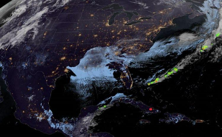 Imagen nocturna de Cuba y parte del continente norteamericano captada por el satélite GOES – 16 a las 22:05 horas (hora de Cuba), en la que se muestra a la derecha de la pequeña saeta de color rojo, el flashazo de la explosión. Tomada de la página oficial del Citma.