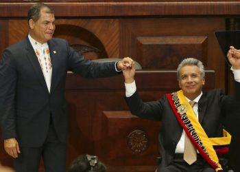 En esta fotografía de archivo, del 24 de mayo de 2017, el presidente entrante Lenín Moreno, a la derecha, levanta la mano con el presidente saliente Rafael Correa, durante la ceremonia de juramentación en Quito, Ecuador.  Foto: Dolores Ochoa, Ap/Archivo.