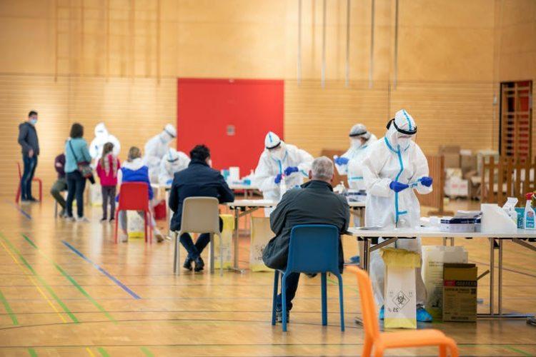 Campaña de vacunación contra covid-19 en Milán, Italia. Shutterstock / faboi