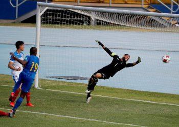 Charlison Benschop (c) de Curazao perfora la defensa del arquero Sandy Sánchez, de Cuba, durante un partido por la Eliminatoria de Concacaf para el Mundial Catar 2022. Foto: Esteban Biba/Efe/Archivo.