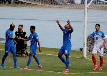 Charlison Benschop (2-i), de Curazao, celebra tras anotar un gol contra Cuba, durante un partido por la Eliminatoria de Concacaf para el Mundial Catar 2022, en el Estadio Nacional Doroteo Guamuch Flores de Ciudad de Guatemala (Guatemala). Foto: Esteban Biba/Efe.