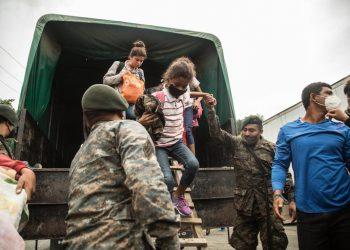 Las autoridades hondureñas les proporcionan a los indocumentados alimentación y revisión médica, en coordinación con la Dirección de Niñez, Adolescencia y Familia, y la Cruz Roja Internacional. Foto: Esteban Biba/EfeArchivo