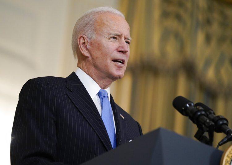 El presidente Joe Biden habla sobre las labores para combatir al coronavirus el martes 2 de marzo de 2021 en la Casa Blanca. Foto: Evan Vucci/AP.