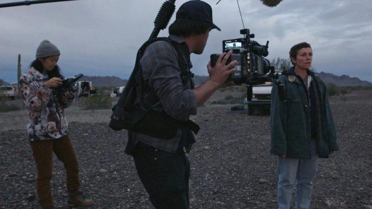 """Momento de la filmación de la película """"Nomadland"""". De izquierda a derecha: Chloé Zhao (directora), Joshua James Richards (Fotografía) y Frances McDormand (actriz). Foto: indiewire.com"""