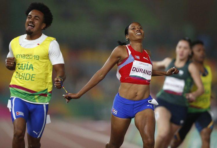La velocista cubana Omara Durand (c), al ganar la final de los 100m T12 de los Juegos Parapanamericanos, en Lima (Perú). Foto: Paolo Aguilar/Efe/Archivo.