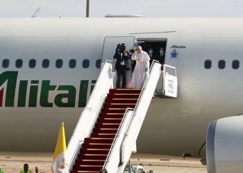 El papa Francisco sube a un avión tras concluir su visita a Irak, en el aeropuerto de Bagdad, Irak. Foto: Khalid Mohammed/Ap.