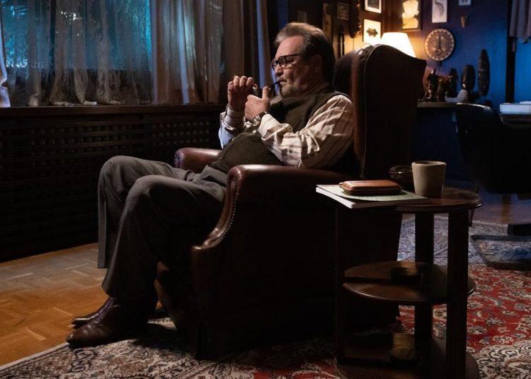 Jorge Perugorría en el papel del doctor Portuondo, serie dirigida por Carlo Padial. Foto: ALBERT MASFERRER / FILMIN, vía elperiodico.com