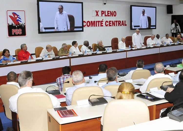 Foto de archivo de una reunión del Comité Central del PCC encabezada por Raúl Castro. Foto: presidencia.gob.cu / Archivo.