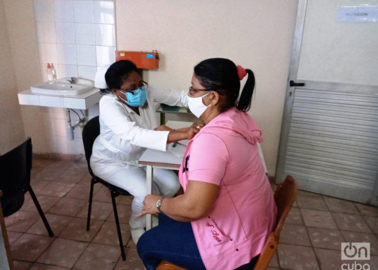 Una trabajadora de la Salud, participante en un estudio de intervención, es evaluada antes de recibir la primera dosis del candidato vacunal Soberana 02, en el Policlínico Docente Vedado, en La Habana. Foto: Eric Caraballoso Díaz.