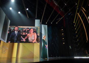 """Valérie Delpierre (producción) y Alex Lafuente (director de fotografía), ambos visibles en la pantalla, recibieron el premio por el filme """"Las Niñas"""", de Pilar Palomero. Foto: twitter.com/PremiosGoya"""