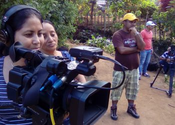 La realizadora audiovisual cubana Lenia Sainiut (izq) y su equipo de trabajo. Foto: Cortesía de Lenia Sainiut.
