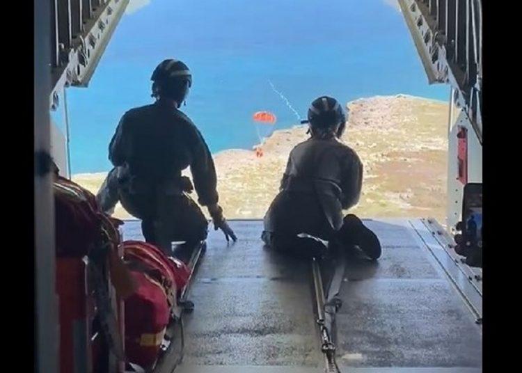 Miembros de la Guardia Costera entregan suministros a seis migrantes, posteriormente trasladados a Bahamas. Fotograma del video de la Guardia Costera de EE. UU.