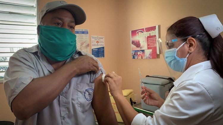 Una enfermera vacuna contra la COVID-19 a un trabajador de la campaña antivectorial con el candidato vacunal Soberana 02, como parte de un estudio de intervención en marcha en La Habana. Foto: Adalberto Roque / AFP / POOL.