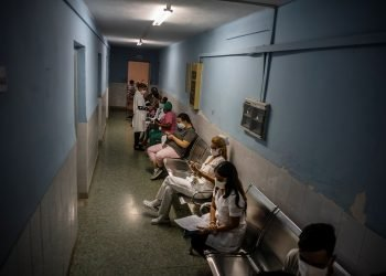 Trabajadores de la Salud esperan para recibir la primera dosis del candidato vacunal Soberana 02 contra la COVID-19, como parte de un estudio de intervención con personal sanitario cubano, en el Policlínico Docente Vedado, en La Habana. Foto: Ramón Espinosa / AP / POOL.