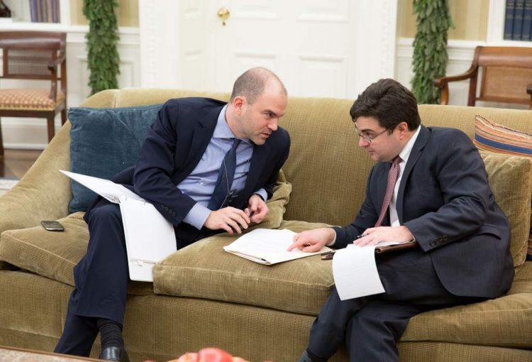 Ricardo Zúñiga (a la derecha) conversa con Ben Rhodes en la Oficina Oval el día que los dos países reanudaron relaciones diplomáticas. |Foto: Pete Souza / Casa Blanca.