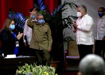 El presidente cubano Miguel Díaz-Canel (d) relevará a Raúl Castro (c) al frente del Partido Comunista de Cuba (PCC), tras su elección como Primer Secretario durante el 8vo Congreso de la organización política. Foto: Ariel Ley Royero / EFE vía ACN.
