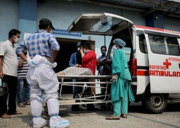Trabajadores sanitarios atienden a una paciente sospechosa de padecer la COVID-19 en un hospital de Calcuta, en el este de la India. Foto: Piyal Adhikary / EFE.