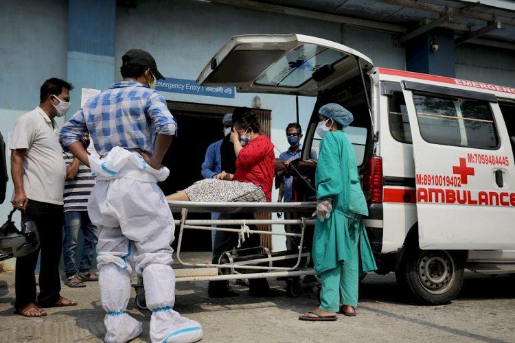 Trabajadores sanitarios atienden a una paciente sospechosa de padecer la COVID-19 en un hospital de Calcuta, en el este de la India. Foto: Piyal Adhikary / EFE/Archivo.