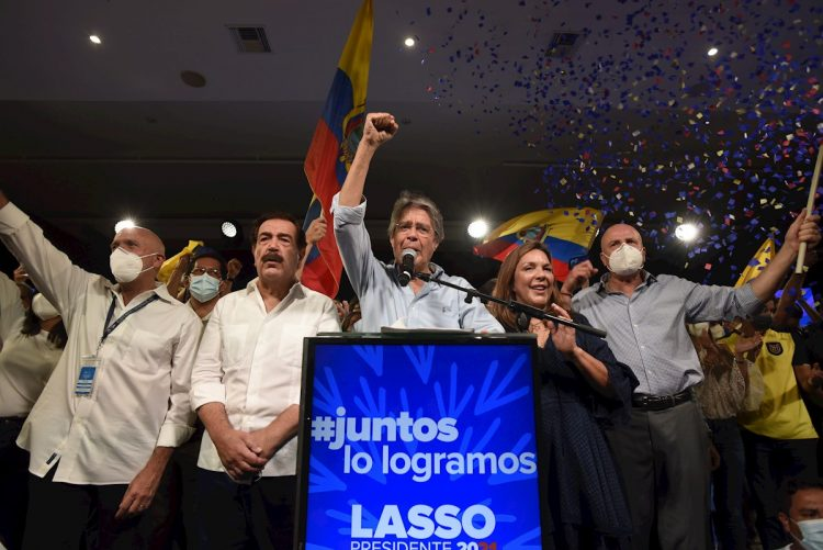 El exbanquero Guillermo Lasso (c) celebra junto a sus seguidores su triunfo en la segunda vuelta de las elecciones presidenciales de Ecuador, el 11 de abril de 2021. Foto: Santiago Fernández / EFE.