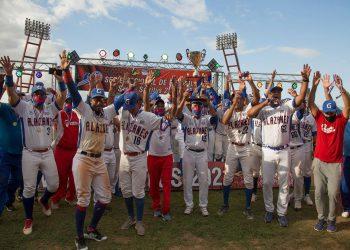 Carlos Martí celebra con sus jugadores el título de la 60 Serie Nacional de Béisbol. Foto: Ismael Francisco.