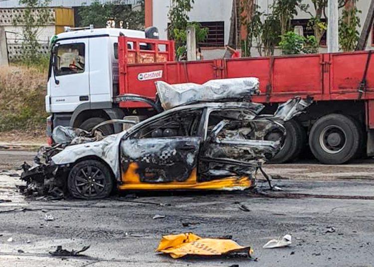 Restos del taxi implicado en un accidente masivo con incendio, el lunes 12 de abril de 2021, en Vía Blanca, La Habana. Foto: Maikel Hernández / Facebook.