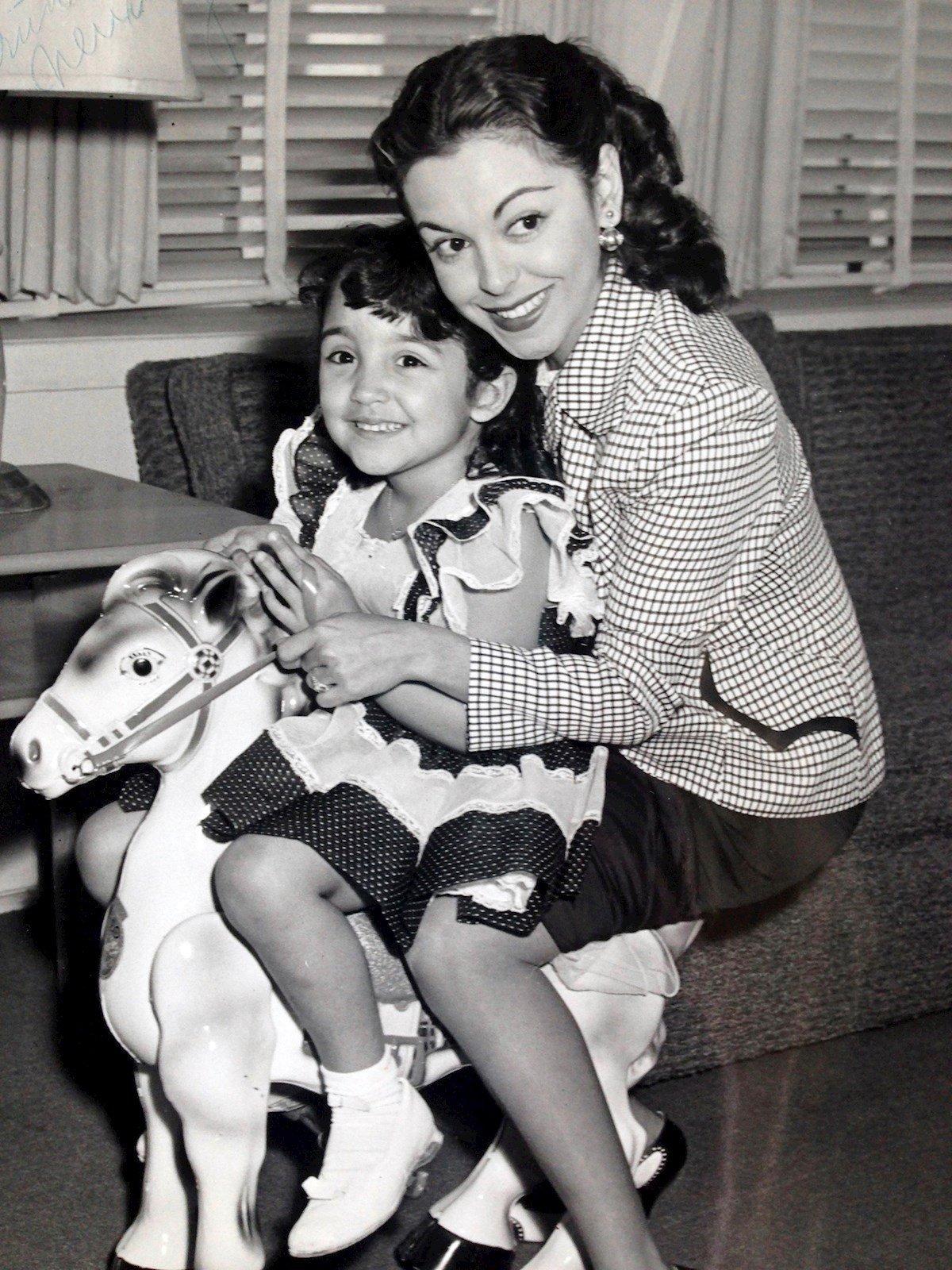 Fotografía personal cedida donde aparece la actriz cubana Estelita Rodríguez (d), mientras abraza a su hija Nina López. Foto: EFE/Nina López/Serena Burdick.