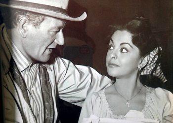 """Fotografía cedida donde aparece la actriz cubana Estelita Rodríguez hablando con el actor John Wayne, con quien se hizo amiga durante el rodaje de """"Río Bravo"""" (1959). Foto: EFE/Nina López/Serena Burdick."""