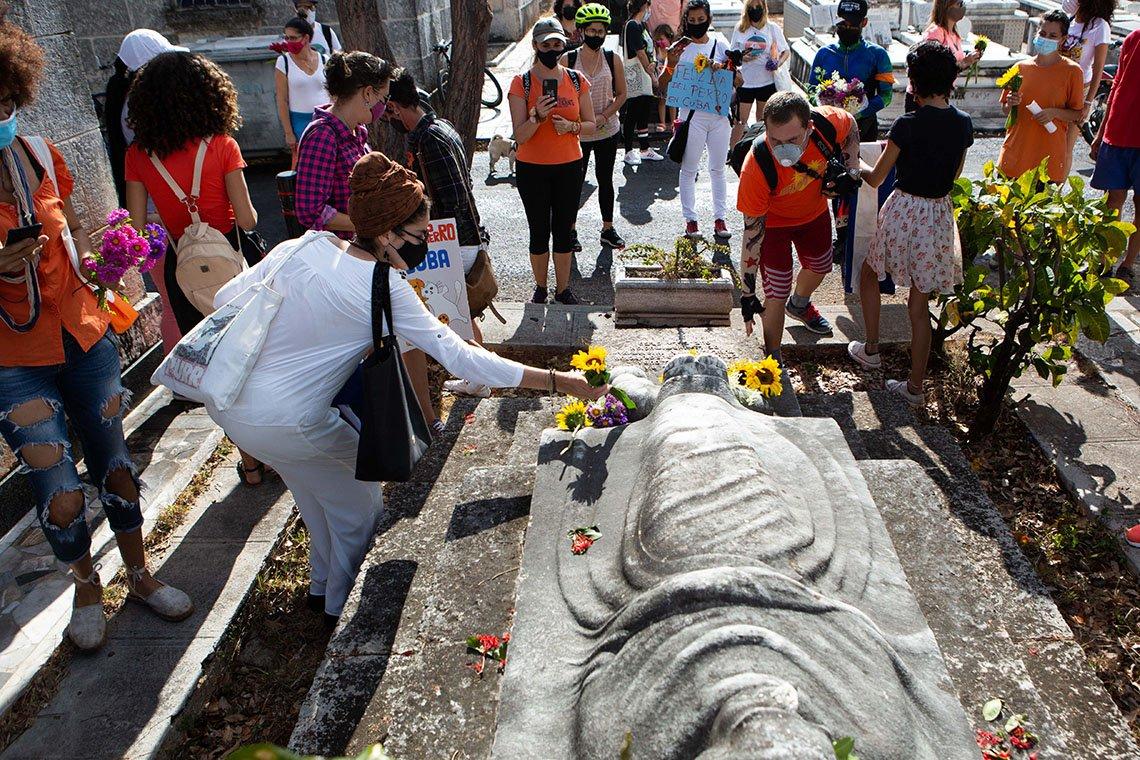 Animalistas conmemoran el Día del Perro en Cuba y rinden tributo a la protectora estadounidense Jeannette Ryder en el aniversario 90 de su muerte, en el Cementerio de Colón, en La Habana, el 11 de abril de 2021. Foto: Claudio Pelaez Sordo.