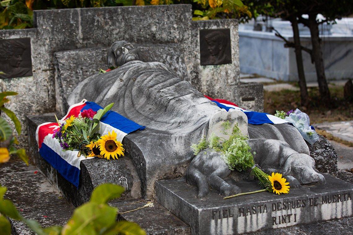 Tumba de la filántropa estadounidense Jeannette Ryder y su perro Rinti el Cementerio de Colón, en La Habana, el 11 de abril de 2021. Foto: Claudio Pelaez Sordo.