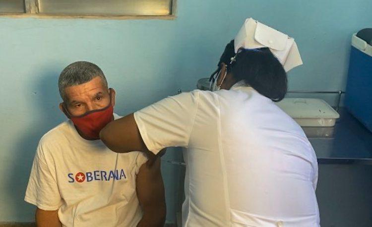 Tras la administración de una dosis de Soberana 02 al voluntario 44.010, concluyó la primera fase del ensayo clínico fase III con el candidato vacunal cubano. Foto: @cubadebatecu/Twitter.