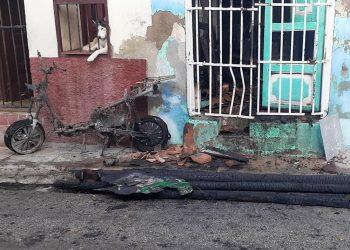 Restos calcinados de la moto frente a la casa donde ocurrió el siniestro. Foto: Radio Vitral/Facebook.
