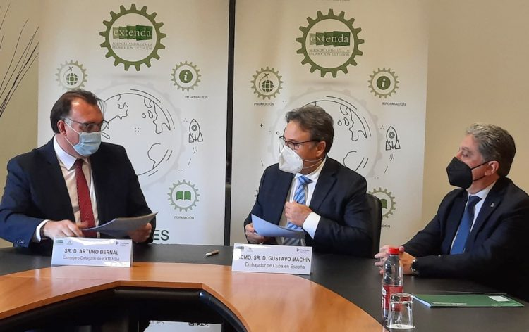 El consejero delegado de Extenda-Andalucía Exportación e Inversión Extranjera, Arturo Bernal (izq) junto al embajador de Cuba en España, Gustavo Machín Gómez (c). Foto: @GustavoMachinG/Twitter.