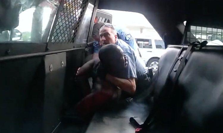El oficial Derek Chauvin tratando de obligar a George Floyd a sentarse en el asiento trasero de un auto de la policía en un video de cámara corporal de otro oficial, Tou Thao. Tanto Chauvin como Thao fueron despedidos, junto con otros dos oficiales involucrados en la muerte de Floyd. Todos enfrentan cargos.