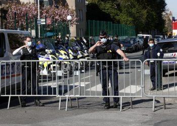 Varios policías colocan barreras bloqueando el acceso a la comisaría de Rambouillet, al suroeste de París, el viernes 23 de abril de 2021. Una policía fue asesinada a puñaladas dentro de la comisaría. Su atacante fue abatido a tiros por agentes. Foto: AP.