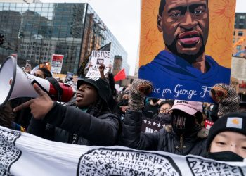 Manifestante este lunes frente a la sede del tribunal en Minneapolis. | Foto: John Mincillo / AP