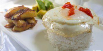 Arroz blanco, huevo y platanito maduro frito, un clásico de la culinaria cubana. Foto: Otmaro Rodríguez