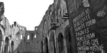 Puerta de la iglesia de San Martín con la jota escrita por Natalio Vaquero al abandonar Belchite.