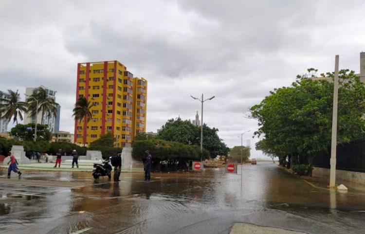 Agentes del orden impiden la circulación a las áreas inundadas en el barrio habanero del Vedado, el 2 de abril de 2021. Foto: Tribuna de La Habana.