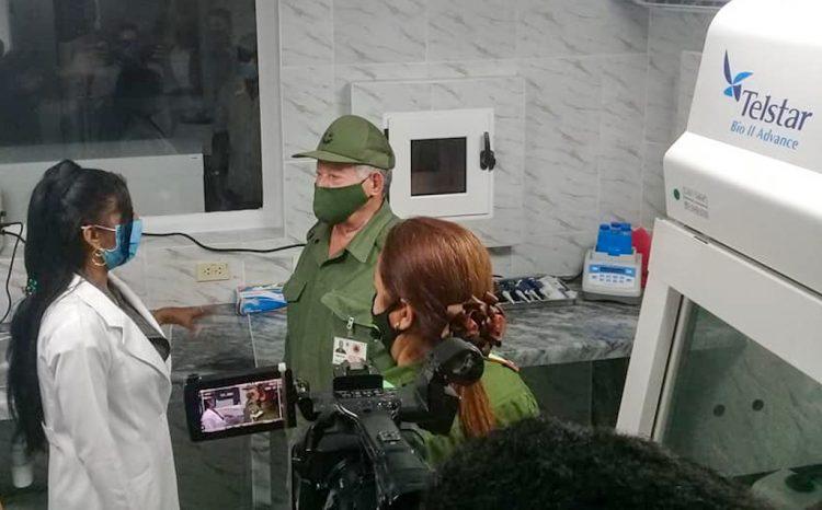El General de División Ramón Pardo Guerra (detrás), jefe del Estado Mayor Nacional de la Defensa Civil de Cuba, en el laboratorio de biología molecular en la Isla de la Juventud, inaugurado este martes 27 de abril de 2021. Foto: @dir_Salud_IJ/Twitter.