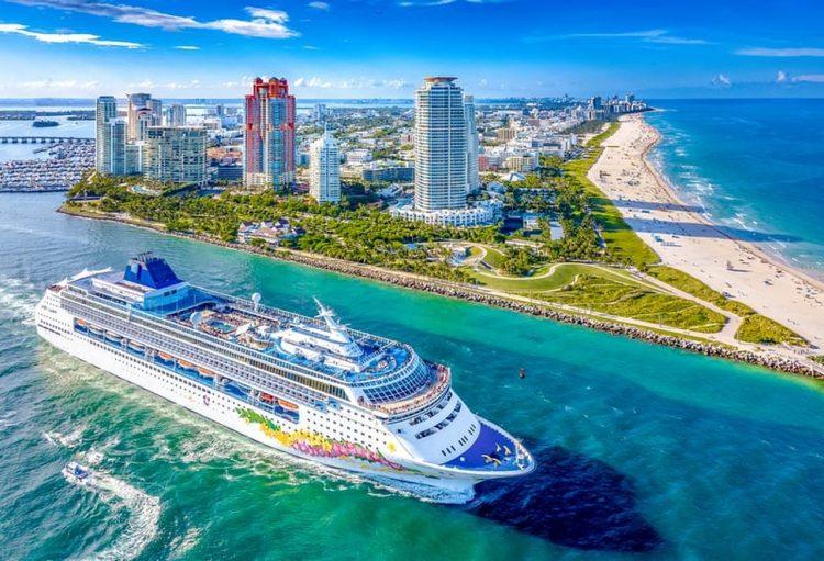 Foto de archivo de un crucero saliendo del puerto de Miami. | Foto: Norwigean Cruise Lines