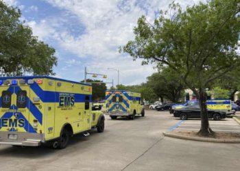 Personal de emergencia llega al lugar de un tiroteo fatal en Austin, Texas, hoy domingo. Foto: Jim Vertuno / AP.