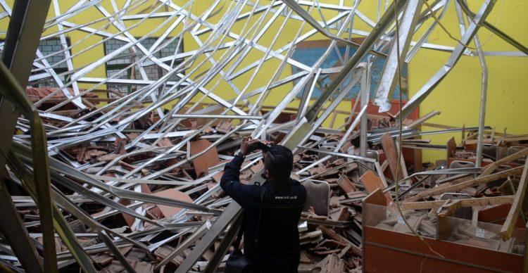 Un periodista  filma los daños en un aula luego de un terremoto en Malang, Java Oriental, Indonesia, hoy sábado 10 de abril. Dañó edificios en la isla principal de Indonesia y sacudió a Baly.  Foto: Hendra Permana/AP.
