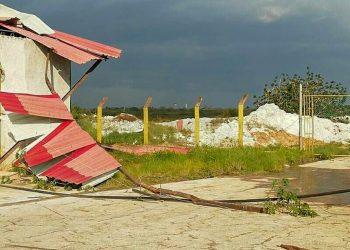 Parte del tejado de la Empresa de Gases Industriales fue destruido por el fenómeno meteorológico. Foto: Lucila M. Hernández/Facebook.