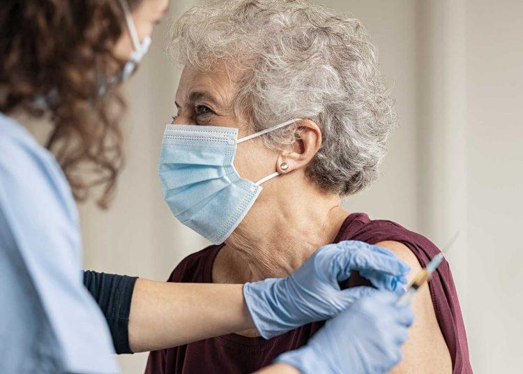Una estadounidense de la tercera edad recibiendo la primera dosis de la vacuna contra la COVID-19. Foto: Gallup.