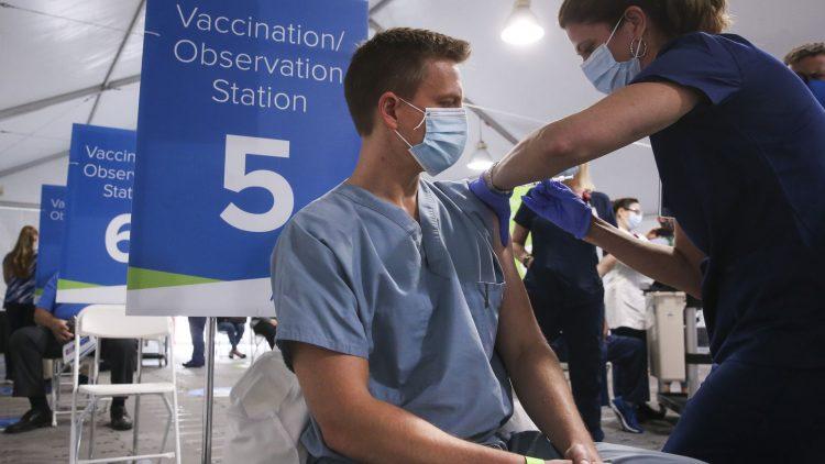 Centro de vacunación en Orlando, Florida. Foto: Dick Sard / AP.