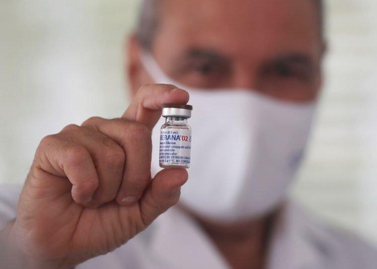 Director del Instituto Finlay de Vacunas, Vicente Vérez, muestra un frasco del candidato vacunal Soberana 02 en La Habana. Foto: Ernesto Mastrascusa/Efe/Archivo.